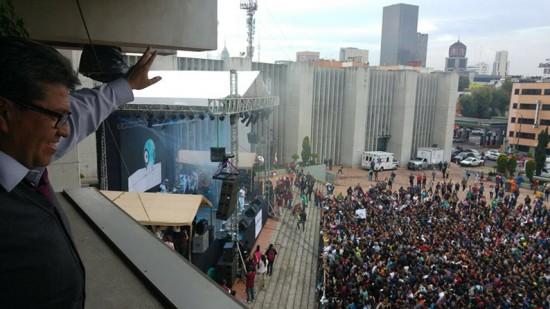 Ricardo Monreal disfruta del Festival cultural por los derechos humanos