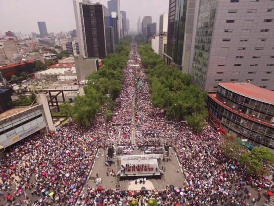 Miles marchan en apoyo a los maestros