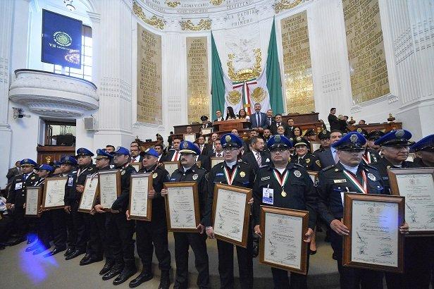 Dan medalla a 85 polis rifados