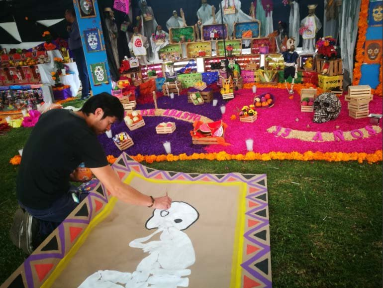 Central de Abasto coloca ofrendas y tapetes por Dia de Muertos
