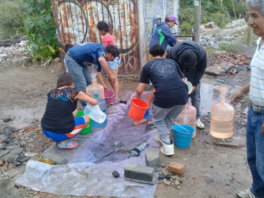 Ante escasez de agua, en Xochimilco juntan liquido de tuberias rotas