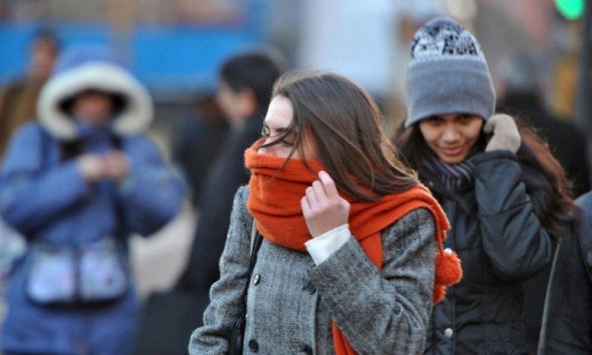 Carga bufanda y abrigo, se extiende alerta roja por frio