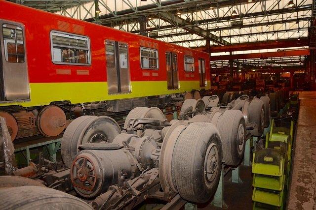 Trabajadores repararan trenes del Metro